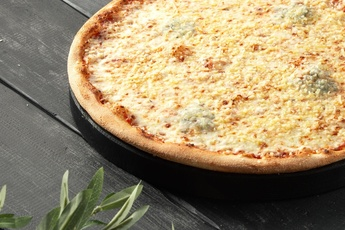 Пицца «Четыре сыра» на тонком тесте 30 см