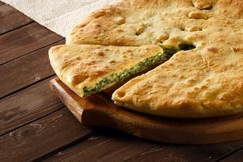 Осетинский пирог с курицей, шпинатом и сыром