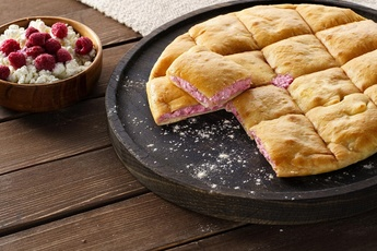 Осетинский пирог 24 см с творогом и малиной