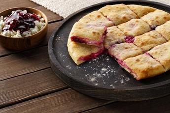 Осетинский пирог 24 см с творогом и вишней