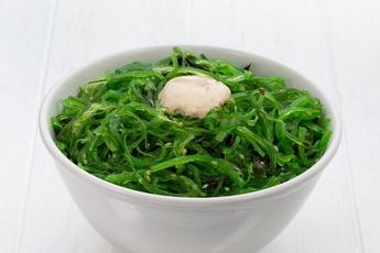 Салат с чукой и ореховым соусом