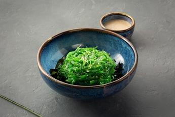 Салат с чукой и водорослями вакаме с ореховым соусом
